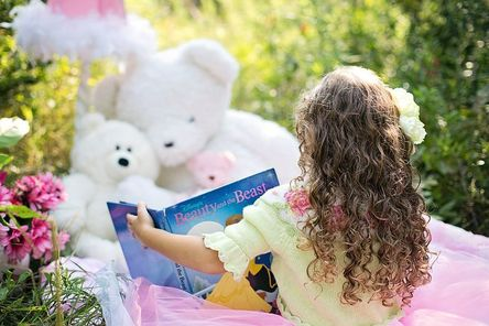 little-girl-reading-912380__480.jpg